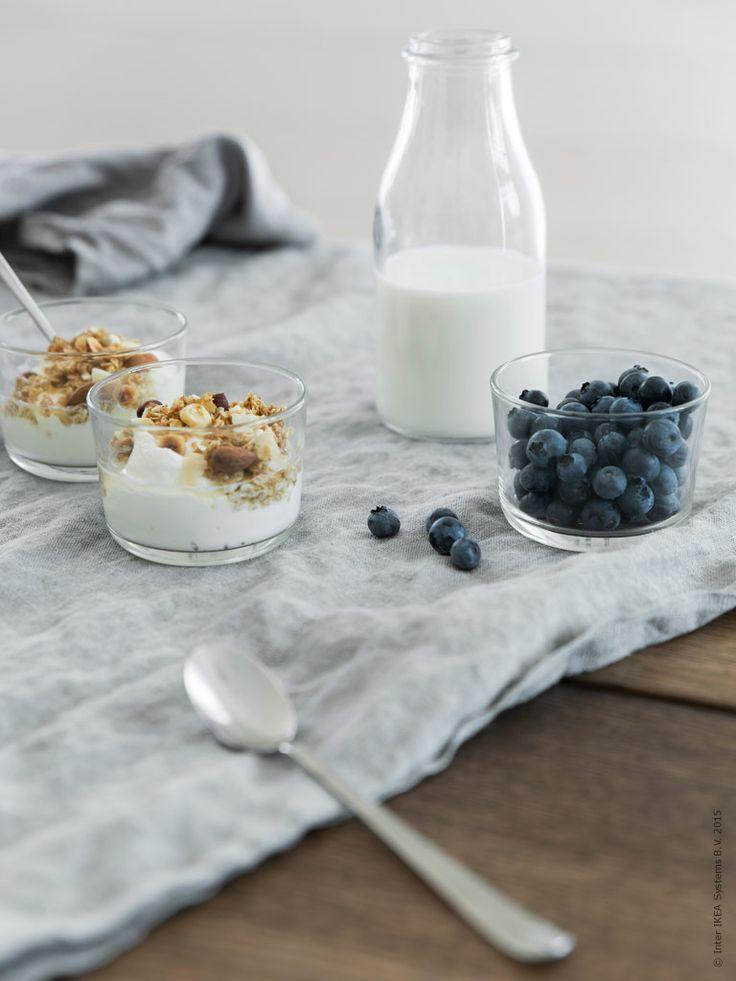 Metervaran AINA i 100% lin blir bara vackrare efter tvätt och användning. Här behövs inget strykjärn, det är den naturliga skrynkligheten som skapar den lyxiga avslappnade looken. Glas IKEA 365+, långa DRAGON skedar, ENSIDIG vas meed mjölk i.