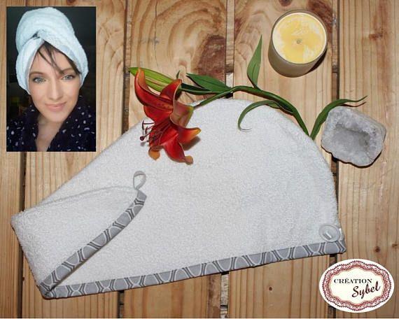 Serviette de tête blanche avec bordure grise tient en place