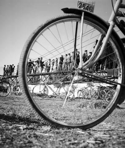 ΛΑΡΙΣΑ. Με το ποδήλατο στο γήπεδο.φωτ.Τάκη Τλούπα 1960