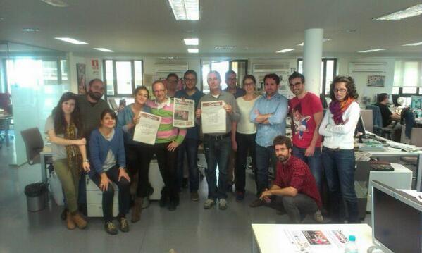 La redacción de Diario de Sevilla con la plantilla de El Correo en huelga.