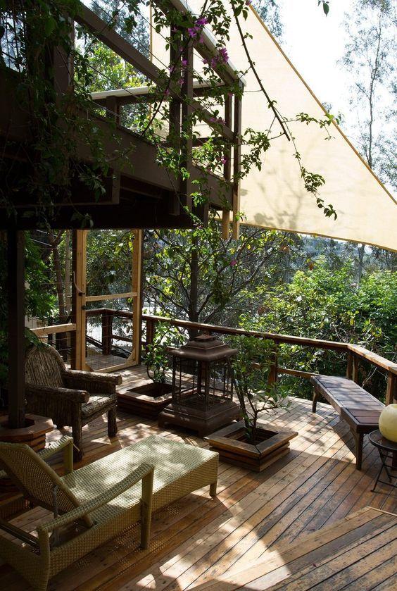 【空間のつなげ方】木漏れ陽とタープの下のデイベッドのあるウッドデッキの屋外リビング   住宅デザイン