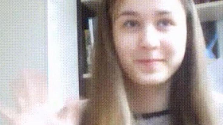 Een meisje verandert van een brunette in een blondine, met een handbeweging