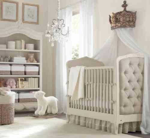 Vrai lit royal et majestueux en beige et blanc