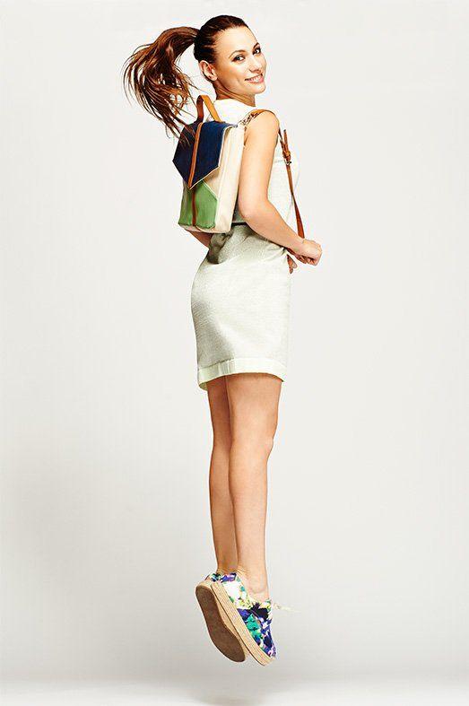 CÓMODA Y DIVERTIDA. Vestido de Lolitas&L, alpargatas con cordones de Ada Gatti y mochila de Titis Clothing.