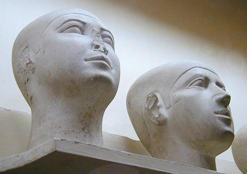 """Cabezas de reserva-Las """"Cabezas de Reserva"""" son esculturas anepígrafas que representan sólo la cabeza y el cuello del fallecido a tamaño natural –o algo mayor- y a modo de autorretrato idealizado y a menudo con una especie de casquete o pelo corto. Pertenecen al culto funerario, y se encuentra en muchas de las mastabas del Reino Antiguo durante las Dinastías IV y V. La más antigua procede de la mastaba 5 de Dashur y está datada bajo el reinado de Seneferu."""