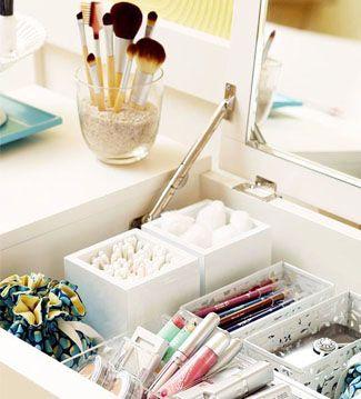 Los joyeros son una original opción para guardar el maquillaje. Al estar compartimentado nos ayudan a ordenar nuestros productos de belleza.