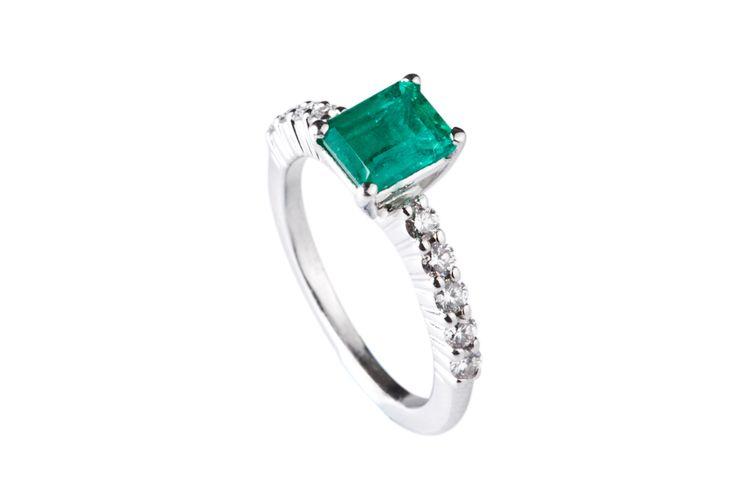 Anillo elaborado en Esmeralda, Diamantes y Oro Blanco  #jewellery #ring #gold #luxury #diamonds #emeralds