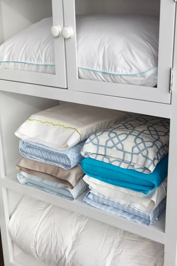 Bewahre Bettwäsche im dazugehörigen Kissenbezug auf. So sieht dein Schrank immer ordentlich aus, und wenn du das Bett neu beziehen willst, hast du alles mit einem Griff zur Hand.