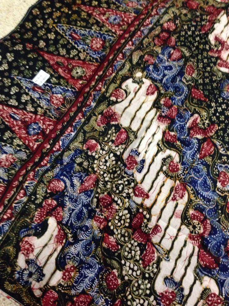 Hand drawn Batik Lasem shawl with classic motives made by the maestro Sigit Witjaksono. Private collection of Arief Laksono.