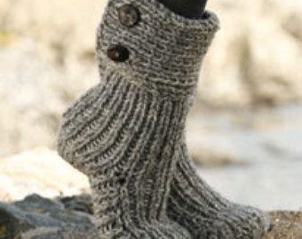 Chaussettes à la main, faits avec amour!  Ces magnifiques chaussettes courtes sont tricotés avec du fil Drops Alaska, 100 % laine.  Tailles : NOUS : 5/6½-7½/9-9½/10½ UE: 35/37 - 38/40 – 41/43 Longueur de pied : 22-24-27 cm/8¾ »-9½-10½ Longueur de jambe: 4-4-4 cm/1½ -1½-1½