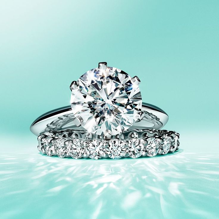 Make it a Christmas she'll never forget with the dazzling Tiffany® Setting engagement ring and a shared-setting band ring in platinum with diamonds.