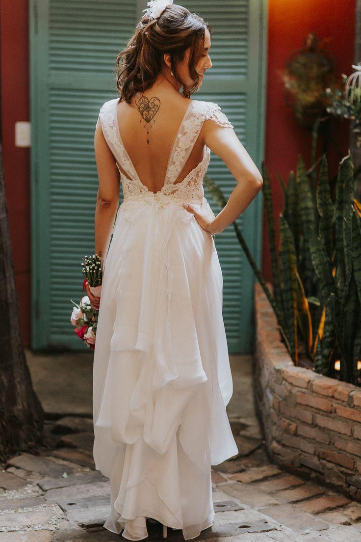"""""""Como fica a cauda do vestido presa?"""" Vestido Nouveau por Giselle Nasser- Andressa e Guilherme- Foto: Rodrigo Cypriano #noivareal #noivanouveau #casamentodedia #miniwedding #noivaboho #vestidodenoivaboho"""