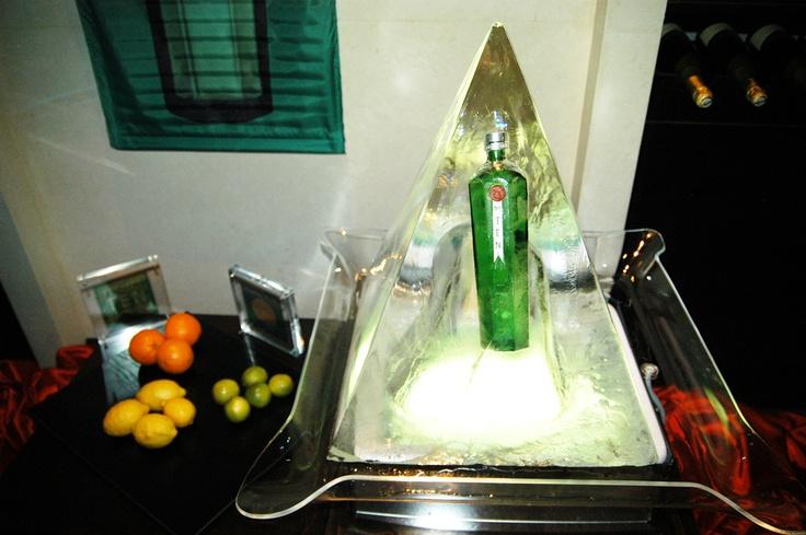 Εντυπωσιακή παρουσιάση vodka Beluga σε κολώνες πάγου.