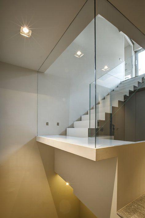 'intervento progettuale interessa gli ultimi due piani di una palazzina nel centro storico di Cuneo, con il ripensamento dell'intera unità abitativa e nuovi collegamenti verticali. Un taglio radicale attraversa i solai esistenti.