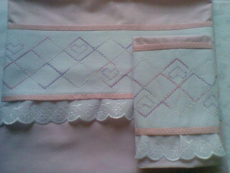 Jogo de lençol de berço Bordado por Regina Moraes e confecção Maete Atelier www.facebook.com/maete.atelier