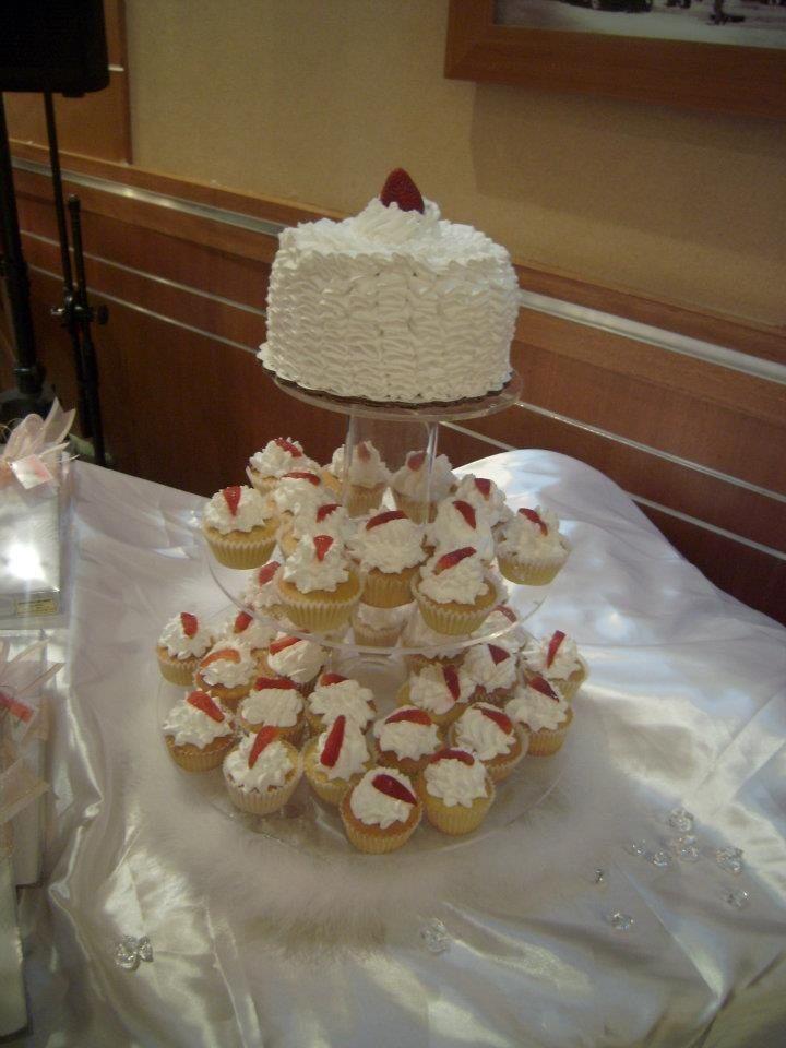 Torre cupcakes y pastel