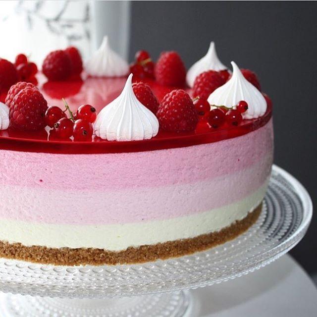 Denne kaken ser utrolig lekker ut, @glitteriine Ostekake med sitron, jordbær og bringebær Se så flott!