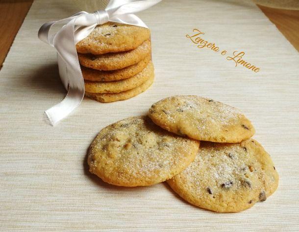 Questi biscotti con cioccolato e noci sono buoni, veloci e facilissimi da preparare. Fatti con ingredienti semplici sono ottimi per la merenda.