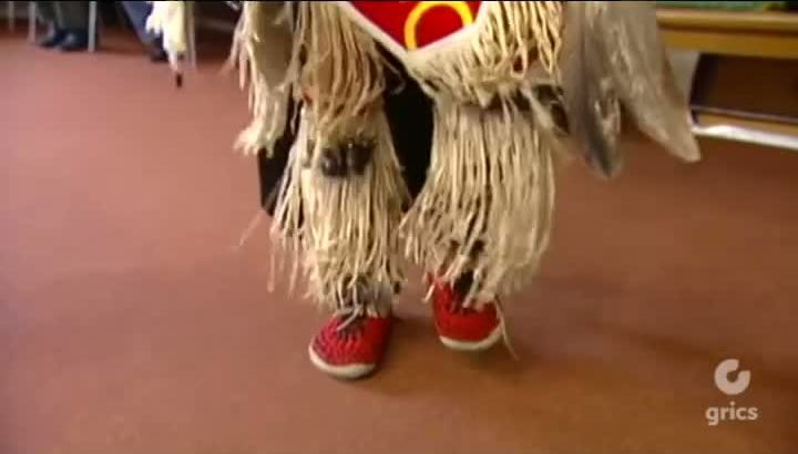 DANSER ET CHANTER - Le son du tambour appelle les danseurs… Qu'il soit innu, mohawk, objibway ou abénaki, le tambour bat au rythme du cœur des Premières Nations. Et pendant que les pieds des danseurs foulent le sol, leurs chants s'élèvent dans le ciel.