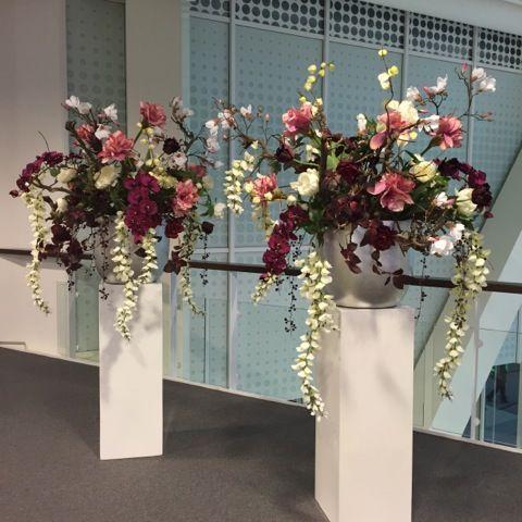 Witte MDF sokkels met mooie kunstbloemen van Seta Fiori