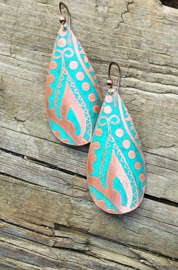 Pendientes boho de cobre grabado con patina azul verde fin. Pendientes de cobre hechos a mano con un hermoso diseño grabado al agua fuerte y una