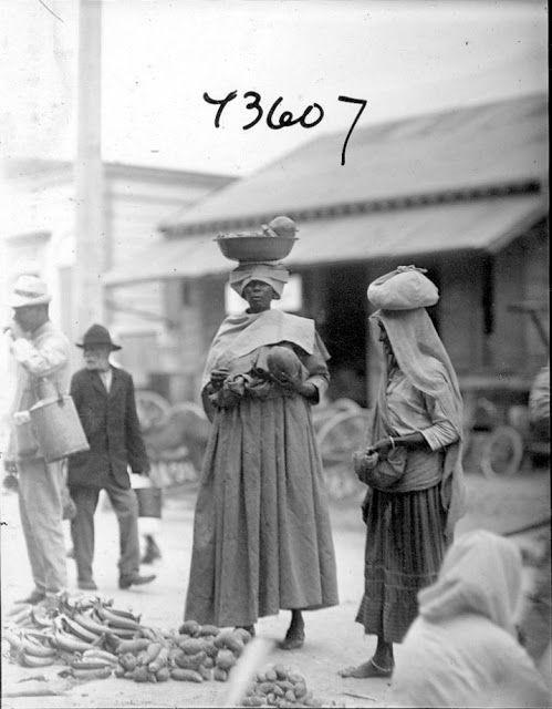 Paramaribo markt 1922.  ik vind dit  een mooie foto, zo waren onze overgrootmoeders
