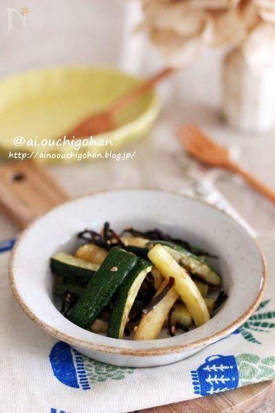 ズッキーニで作る副菜レシピ!  ズッキーニは緑色がきれいなのでお弁当にも活躍する食材の1つ!  簡単な副菜レシピがいくつもあるとたくさん買ったときなどにも便利ですよね^^  ぜひご活用下さい^^
