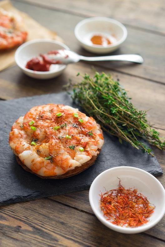 Мини-пицца с креветками и пряными травами Хочу рассказать рецепты и техники приготовления блюд, которые легко могли бы подаваться в хороших ресторанах. Чаще всего такие блюда более затейливы в серви...