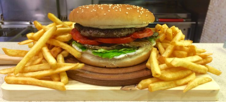 Hamburger Di Bisonte farcito con Funghi trifolati,pomodoro fresco,insalata,bacon,maionese,barbecue.