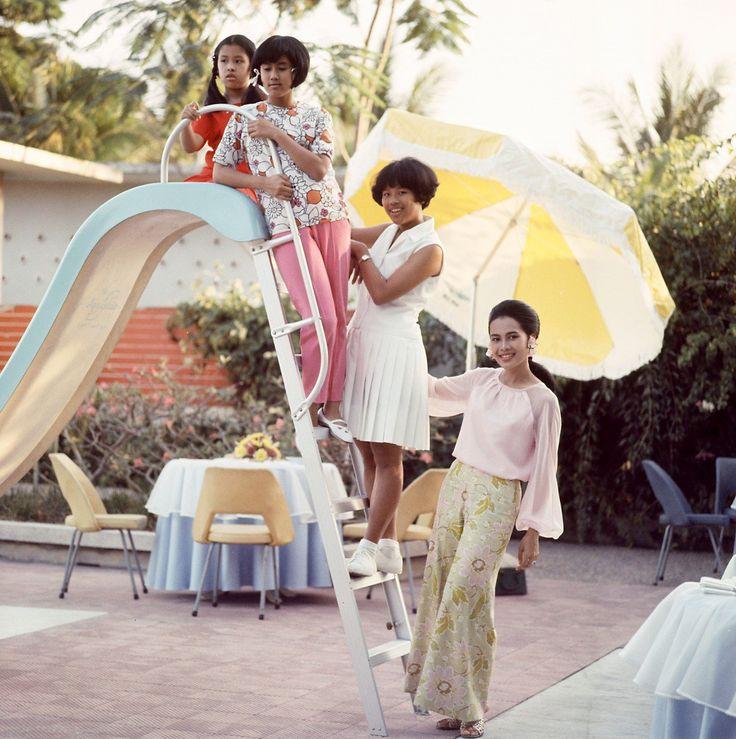 Queen Sirikit à côté de la piscine dans Chitralada Palace, Bangkok, avec ses enfants en 1966.