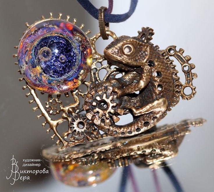"Pendant ""Love iguana. Steampunk."" Bronze Handmade, Artisan lampwork handmade."