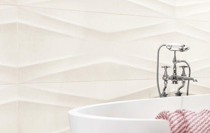 Subtelne struktury zdobiące płytki z kolekcji Pandora powstały z inspiracji ruchem w przestrzeni – subtelnym wdziękiem i lekkością tancerza czy precyzją skoku jeźdźca. Dekory zdobią dwa wzory: delikatny rys drewnianych słojów i efemeryczna struktura, przywodząca na myśl wiązanie puenty baletnicy. minimalistyczna biel I minimalistyczne wnętrze I wnętrze I biel I white bathroom I bathroom | salon | kuchnia | inspiration I ceramic | ceramic tiles | white ideas I sink I accesories | bathroom