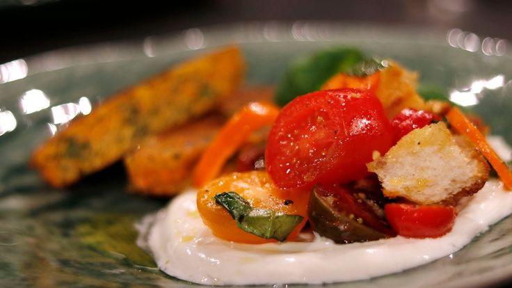 Panzanella är en toscansk sallad som innehåller rivet bröd, tomater, kapris och basilika.