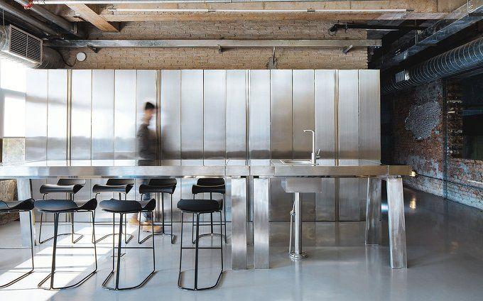 1980년대 중후반의 유리공장은 이제 사무실로 리노베이션 되었다. 매우 길고 좁은 부지를 차지하고 있는 이 공간을 어떤 이는 단점으로 여겼지만, 설계자는 이 곳에 무엇이든 가능하다고 보았다. 가구 또한 공간을 서술하는 도구로 사용되었고, 주공간과 회의/사무실 공간 및 복도 사이에 위치한 책장을 이용해 씨쓰루한 벽으로 구성하였다. 결론적으로, 사무 공간을 얼마나 구체적이면서도 사려깊은 디자인을 통해 혁신적으로..