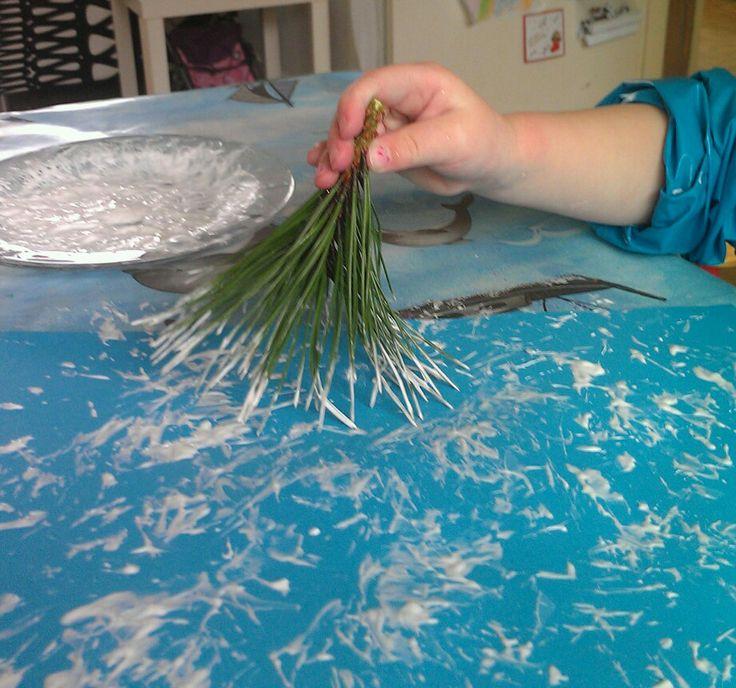 Sneeuw stempelen met takjes van de kerstboom! Dit kan ook voor voorwerk