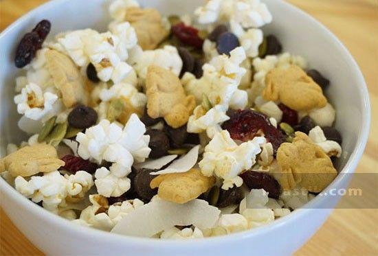 Отличная идея для завтрака: поп-корн + тыквенные семечки +  кокосовая стружка + сушеная клюква + шоколадная стружка + хлопья или сухофрукты #iherb, #breakfast На этой неделе скидка 20% на натуральный поп-корн без ГМО и добавок http://ru.iherb.com/quinn-popcorn?rcode=tjd291