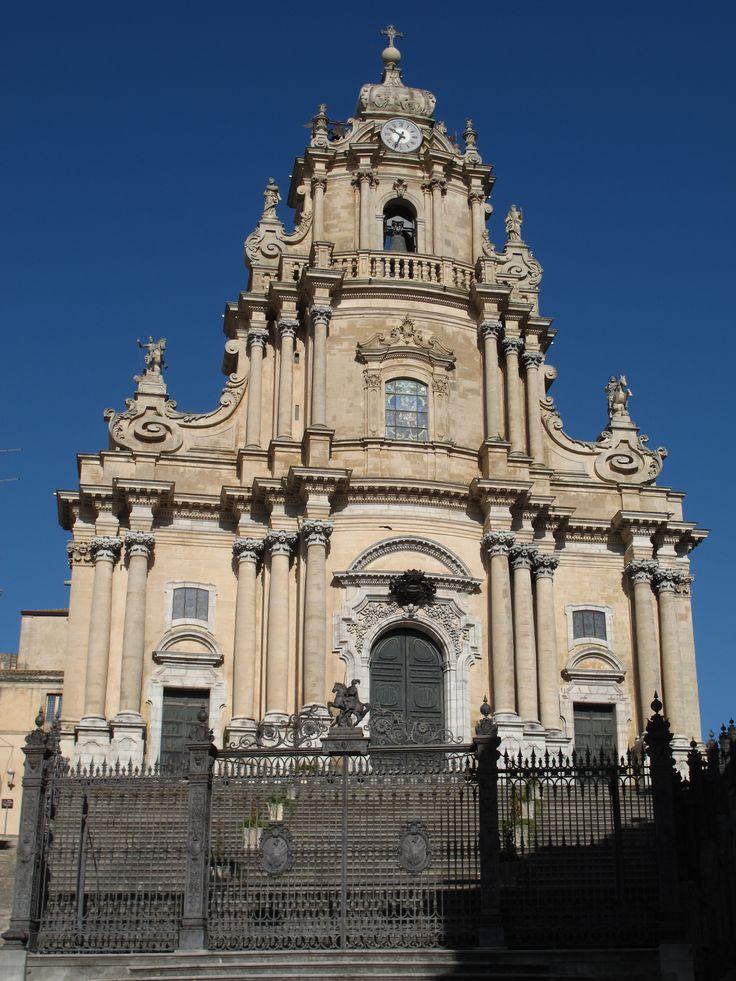 Cathedral Ragusa. Кафедральный собор Святого Георгия (duomo di San Giorgio) — сооружение значимое для католической епархии Рагузы. Храм был построен в 1738 году по проекту одного из ведущих «законодателей» стиля сицилийское барокко — архитектора Розарио Гальярди (Rosario Gagliardi).