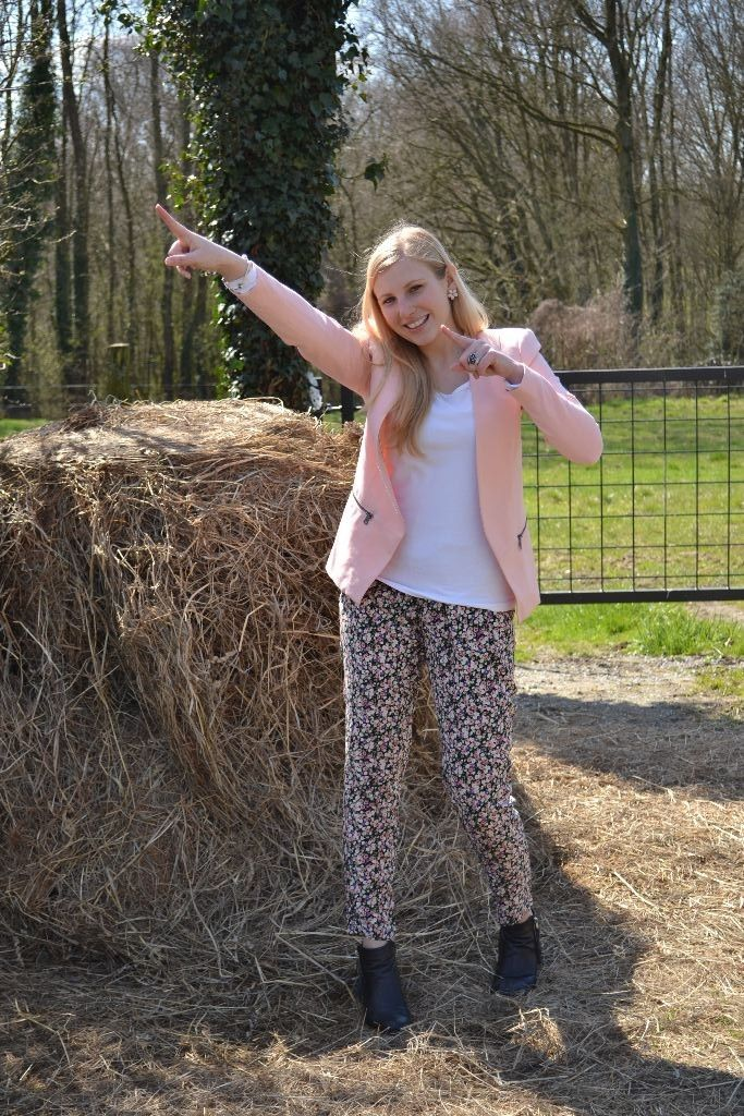 Outfit: roze blazer + broek met bloemenprint