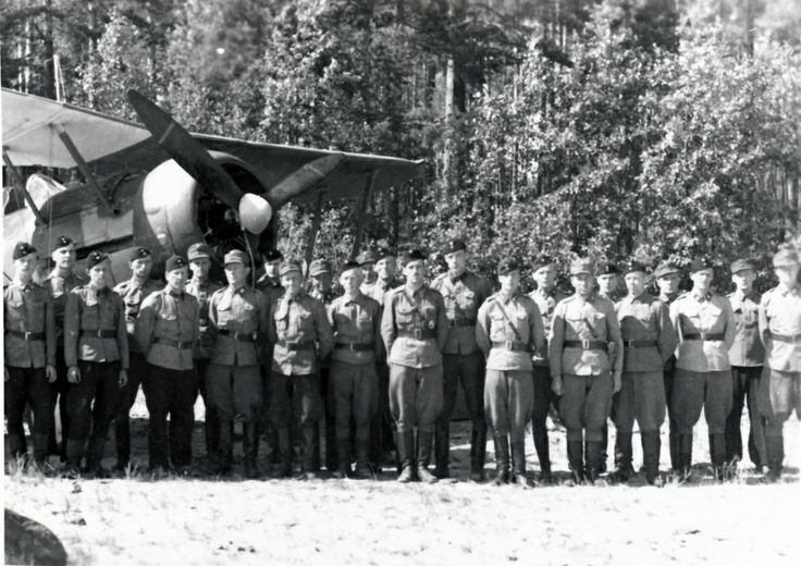 Flight Squadron 16 personnel photographed during the Continuation War (between Finland and Soviet Union 1941-1944). Lelv 16 was part of Flight Regiment 3. Behind is a Gloster Gladiator Mk. II fighter.