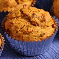 Édesburgonyás muffin: Hozzávalók: 3 közepes édesburgonya 1 cup tk tönkönybúzaliszt 1 cup finom búzalisz 1 púpozott kávéskanál sütőpor 2 ek. nyírfacukor 3 ek. mandulaolaj kúkusz-mandulatej 1/2 bögre mazsola és áfonya 1 kk. fahéj 1/4 kk. szegfűszeg