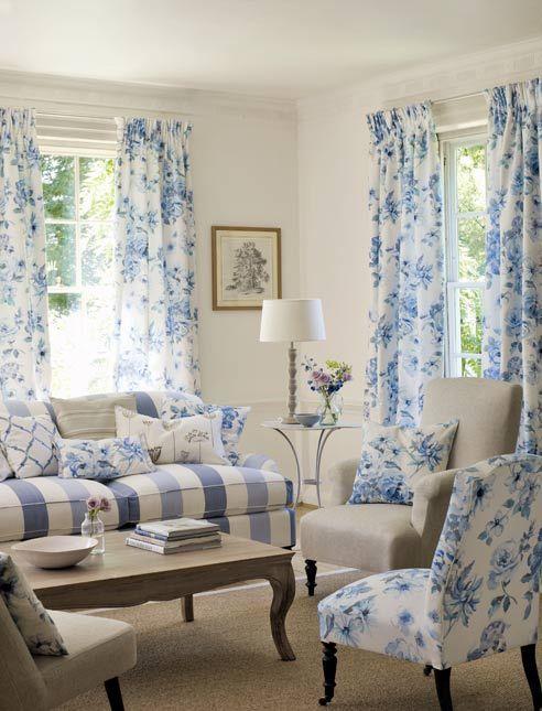 Tende country fai da te, tende lunghe fantasia floreale sui toni del blu abbinate a poltroncine con fantasia uguale e divano a righe azzurre e blu, in perfetto stile country chic