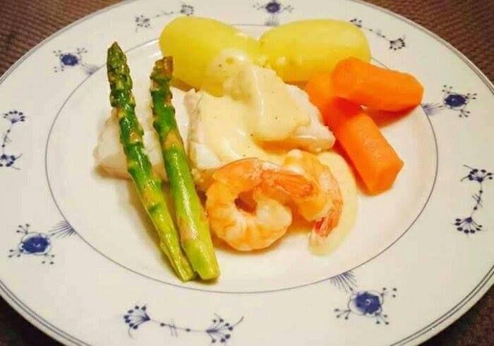Prinsefisk med tilbehør Skrell og kok poteter og gulrot etter ønske. 7-800 g torskefilet Fis...