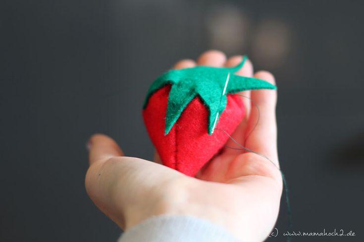 Endlich Erdbeerzeit! Die beiden Bloggerinnen von Mamahoch2 zeigen eine DIY-Anleitung fürs Erdbeeren basteln aus Filz für den Kinder-Kaufladen. Tolle Idee!