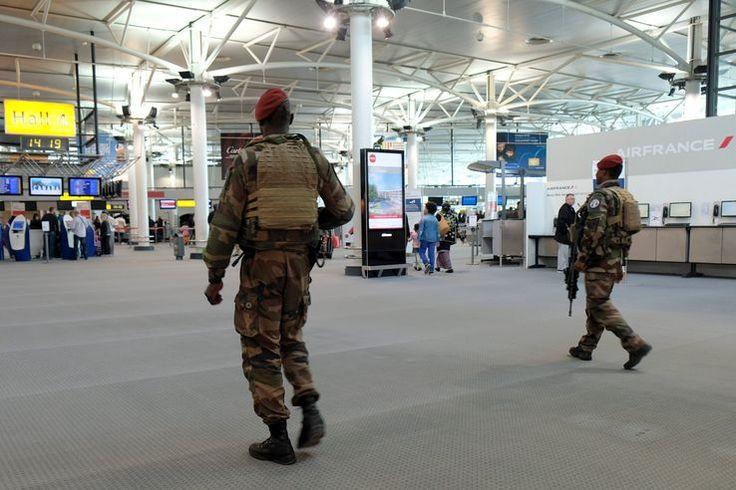 Patrouille de soldats de la mission Sentinelle à l'aéroport Marseille-Provence le 18 mars 2017