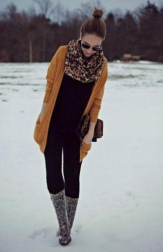 Tenue: Cardigan tabac, T-shirt à col rond noir, Jean skinny noir, Bottes de pluie imprimées léopard