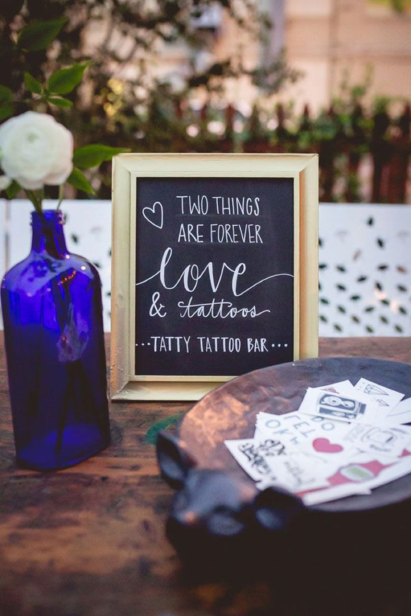 love the idea of a temporary tattoo station at a wedding! http://weddingwonderland.it/2015/07/10-must-have-per-un-matrimonio-estivo.html