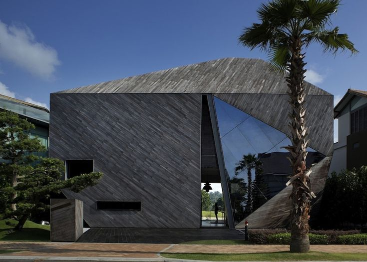 The Front Facade Of This Faceted House In Singapore Is Interrupted By A  Shard Of Tinted Ideas