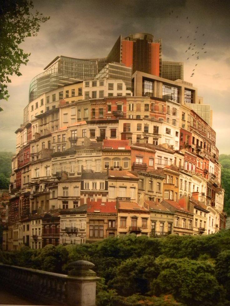 """""""La Tour de Bruxelles"""" du Belge Éric de Ville, photographie couleur sur forex d'une Tour de Bruxelles supplantée par les Institutions Européennes."""
