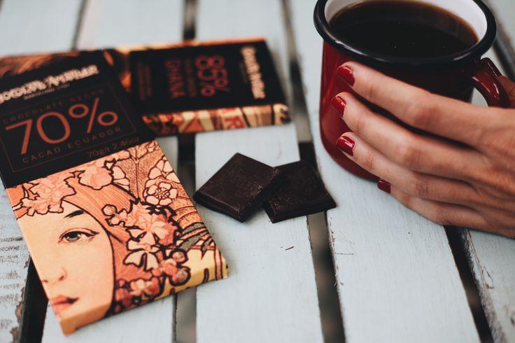 Una tableta de chocolate que es arte para los sentidos. Desde su envoltorio, diseñado por Alphonse Mucha en 1900, hasta su contenido 85 % y 70%cacao puro, hecho por los maestros chocolateros de Amatller. Sabías perfectamente dónde lo escondía tu madre para hacer sus obras de repostería. Robabas onzas a escondidas cuando nadie te veía y las saboreabas. Es ahí cuando te diste cuenta, eres adicto al chocolate ¡y a ver quién te lo quita a estas alturas! #chocolate #amatller