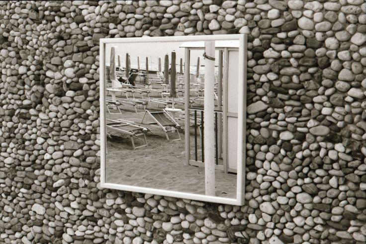 Specchio su una spiaggia  //ph. Alessandro Camoni